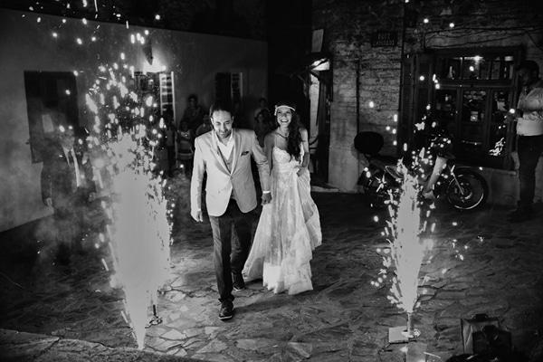 εισοδος ζευγαριου σε γαμο