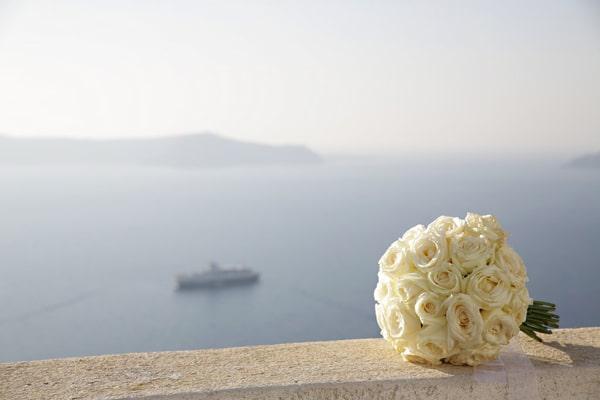 νυφικη-ανθοδεσμη-με-λευκα-τριανταφυλλα-λουλουδια