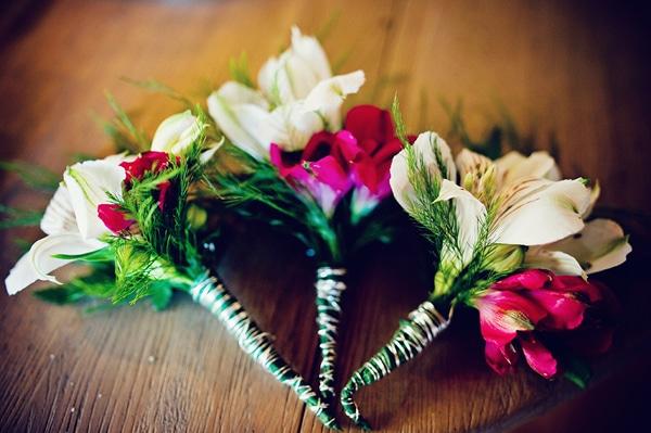 μπουτονιερες-απο-φυσικα-λουλουδια