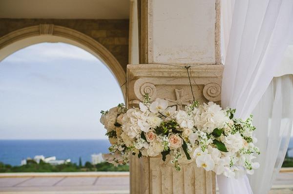 ανθοστολισμος-εκκλησιας-για-γαμο-λουλουδια