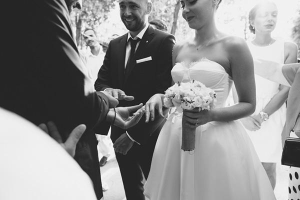 λευκα-τριανταφυλλα-ανθοδεσμη-γαμου