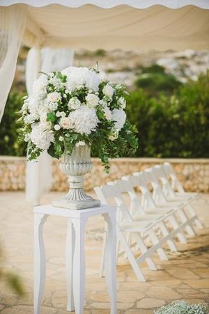 στολισμος-εκκλησιας-για-γαμο-λευκες-παιωνιες