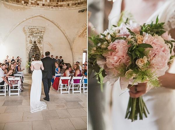 γαμος-κρητη-νυφικη-ανθοδεσμη-τριανταφυλλα-απαλο-ροζ