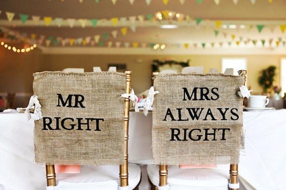 Πινακιδες για τις καρεκλες της νυφης και του γαμπρου