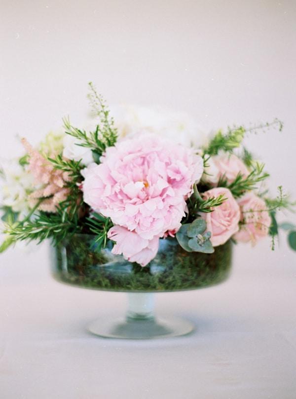 centerpiece-με-λυσιανθους-παιωνιες-τριανταφυλλα