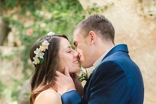 Γαμος στην εξοχη με πολυχρωμα λουλουδια