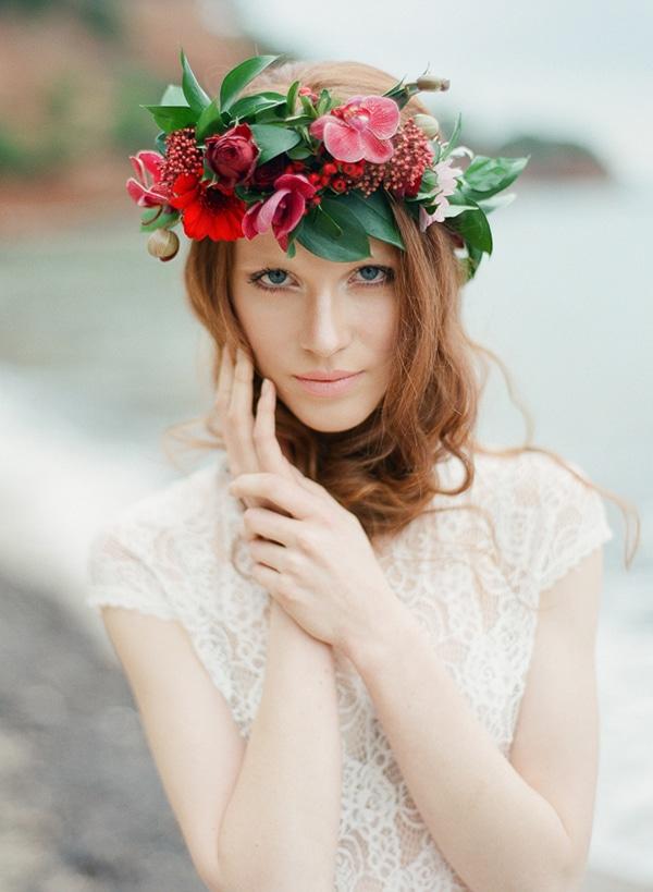 νυφικο-στεφανι-με-κοκκινα-λουλουδια