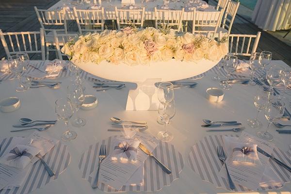 πορσελανινο-centerpiece-με-λευκα-τριανταφυλλα