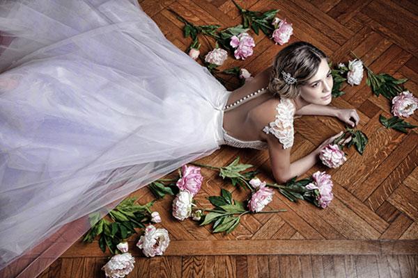 Μοντερνα νυφικα Primalicia σε προβα νυφικου με τις top fashion bloggers