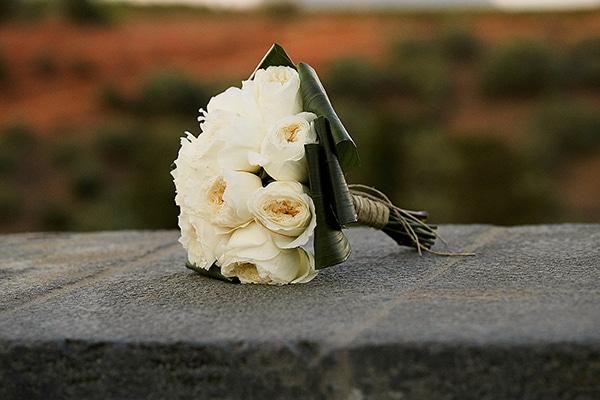 νυφικη-ανθοδεσμη-με-αγγλικα-τριανταφυλλα