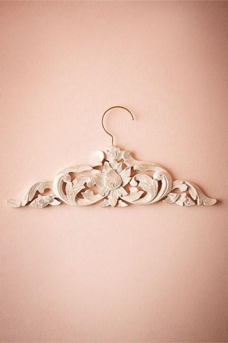 Μοναδική νυφική κρεμάστρα για το νυφικό του γάμου σας. Μια κρεμάστρα που θα ξεχωρίσει στις φωτογραφίες