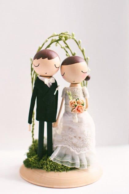 Cake topper με φιγούρες γαμπρού και νύφης για ένα μποεμ γαμο
