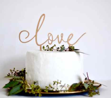 Love cake topper σε χρυσό χρώμα για ένα chic γάμο