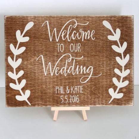 """Ξύλινη πινακίδα γάμου """"welcome"""" με τα ονόματά σας. 'Ομορφη ιδέα για τη διακόσμηση στη δεξίωση του γάμου σας!"""