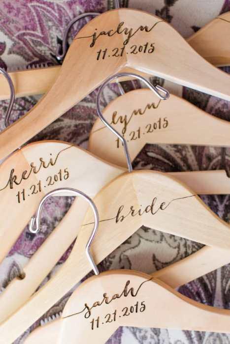 Απλές, ξύλινες νυφικές κρεμάστρες για το νυφικό σας