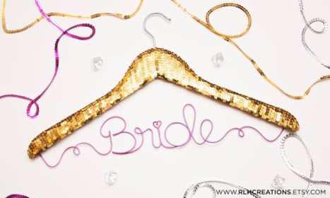 Νυφική κρεμάστρα Bride με χρυσές παγιέτες