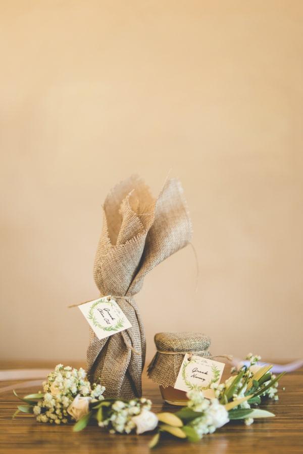 μπομπονιέρες γάμου με περιτύλιγμα λινάτσας