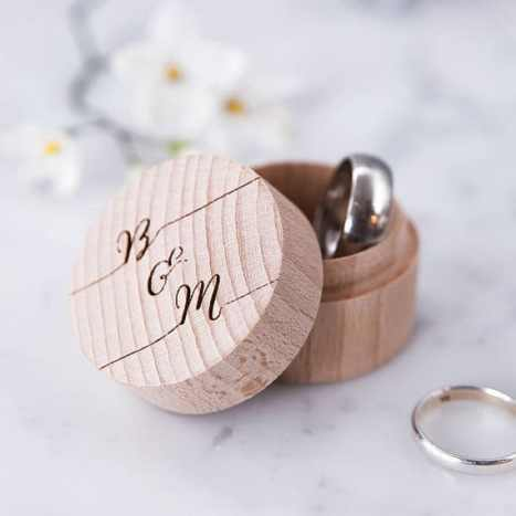 Ξύλινο κουτάκι για τις βέρες του γάμου σας με χαραγμένα τα αρχικά του ζευγαριού