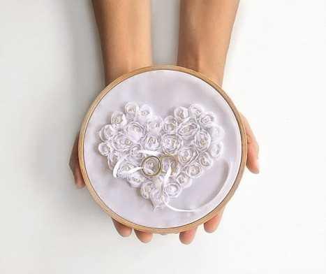 Ρομαντική θήκη με τριαντάφυλλα από ύφασμα για τα δαχτυλίδια του γάμου σας