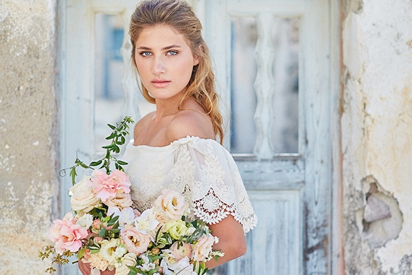 Gorgeous bridal shoot in Santorini