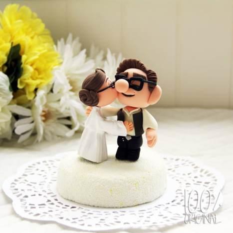 Όμορφος, χειροποίητος σχεδιασμός cake topper με φιγούρες, που θα κάνει την γαμήλια τούρτα σας να μοιάζει μοναδική