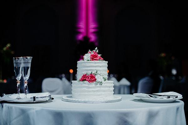 Λευκη τουρτα με τριανταφυλλα