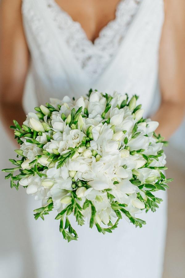 Στρογγυλή νυφική ανθοδέσμη με λευκά άνθη