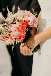Νυφική ανθοδέσμη με ροζ τριαντάφυλλα