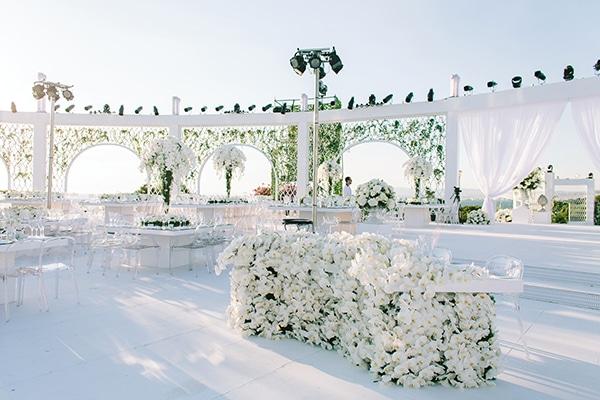 Στολισμος δεξιωσης γαμου με λευκα λουλουδια