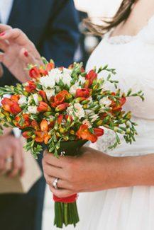 Ανθοδέσμη με φρέζιες για γάμο σε νησί