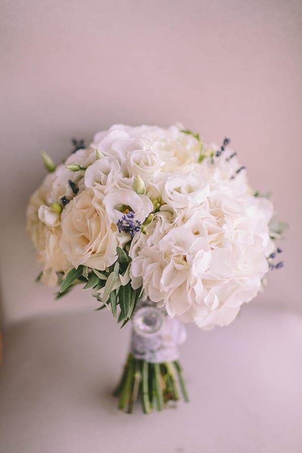 Ρομαντικη νυφικη ανθοδεσμη με ορτανσιες και λυσιανθο