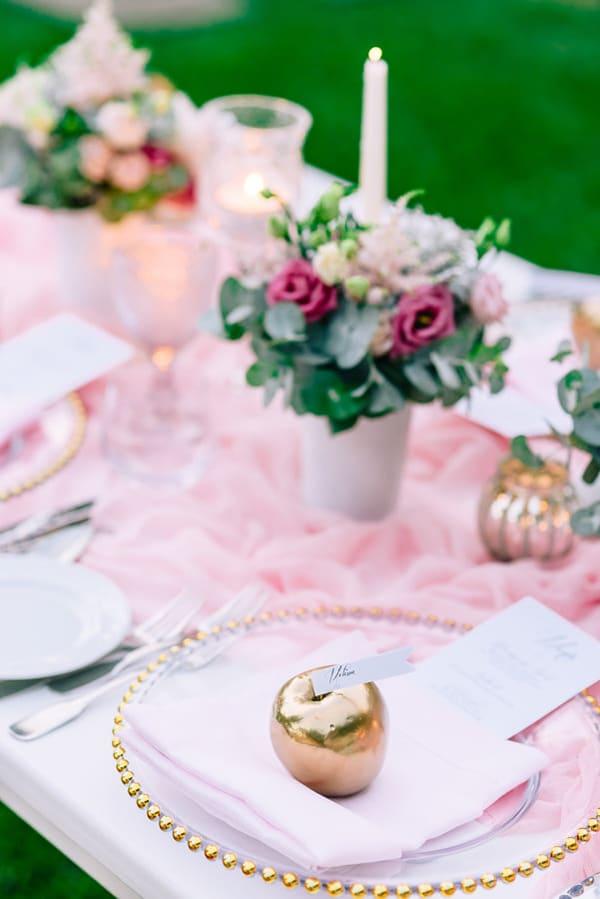 Διακοσμηση τραπεζιου με pale pink και χρυσο