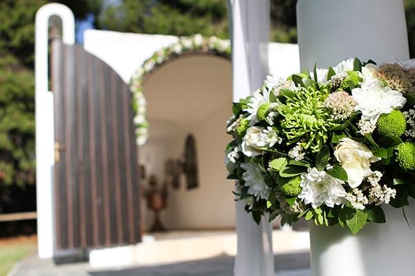 Διακοσμηση γαμου με λευκα λουλουδια