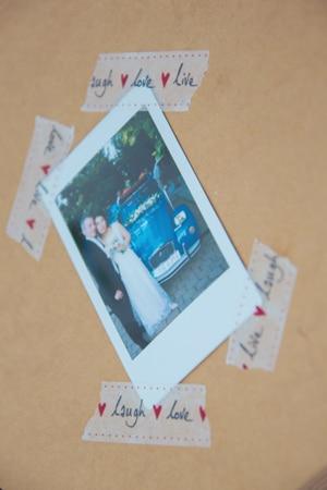 Πρωτοτυπη ιδεα για τις ευχες των καλεσμενων με polaroid