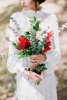 Μποέμ νυφική ανθοδέσμη με κόκκινα λουλούδια