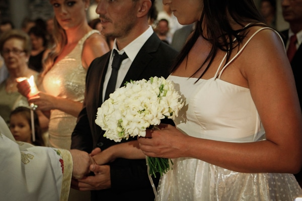 Ανθοδεσμη για τη νυφη με λευκα λουλουδια