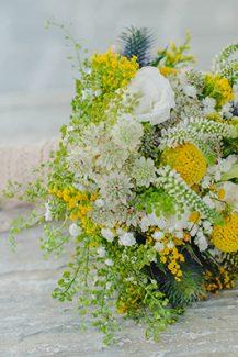 Νυφική ανθοδέσμη με κρασπέδια και άλλα άνθη σε κίτρινο χρώμα