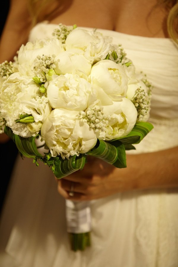 Ρομαντικη νυφικη ανθοδεσμη με λευκα λουλουδια