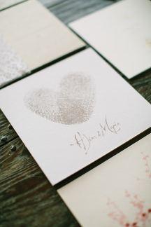 Προσκλητηριο γαμου με αποτυπωματα
