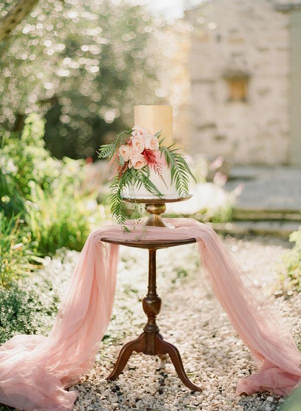 Ρομαντικη τουρτα γαμου με λουλουδια