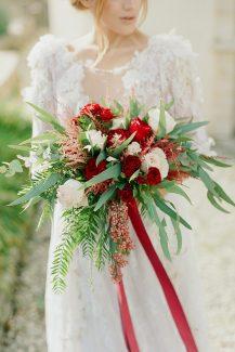 Νυφική ανθοδέσμη με κόκκινα τριαντάφυλλα