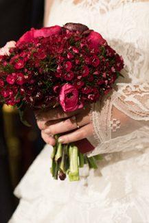 Μπορντό νυφική ανθοδέσμη με νεραγκούλες για χειμωνιάτικο γάμο