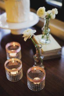 Υπεροχος στολισμος γαμου με κερια και λουλουδακια