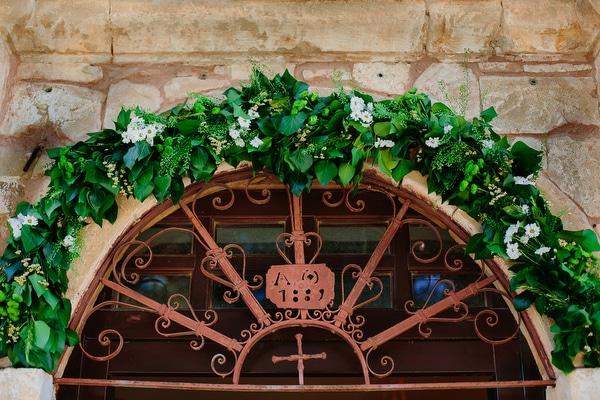 Διακοσμηση εισοδου εκκλησιας με γιρλαντα