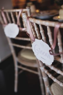 Πινακιδες για τις καρεκλες γαμπρου και νυφης