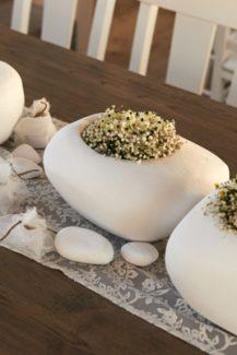 Διακοσμηση γαμου σε νησι με baby breath σε λευκα βοτσαλα