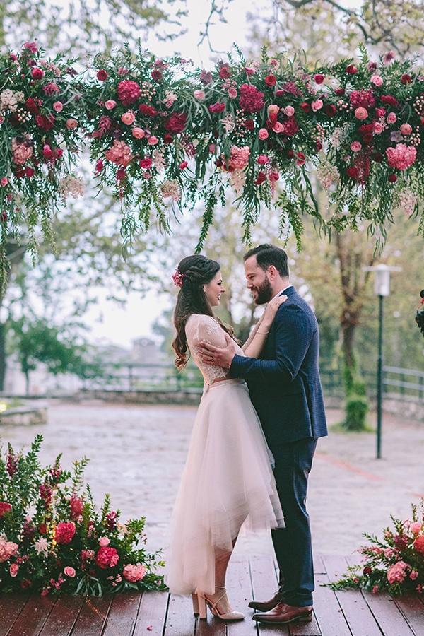 Διακοσμηση γαμου με λουλουδια σε εντονα χρωματα
