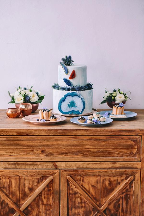 Πρωτοτυπη τουρτα γαμου σε γαλαζιους και μπλε χρωματισμους