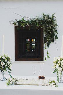 Στολισμος εκκλησιας με λευκα λουλουδια