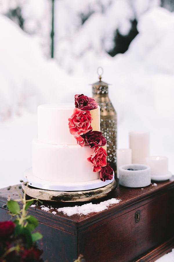 Λευκη τουρτα με κοκκινα λουλουδια